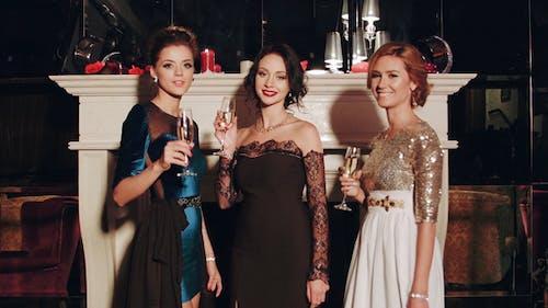 Reiche Frau lachend mit Kristall von Champagner