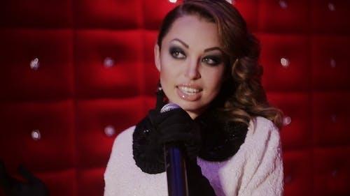 Schöne Karaoke Mädchen singen