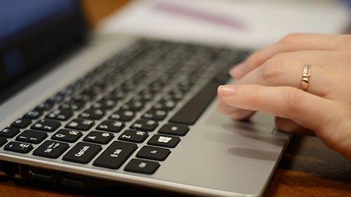 Arbeiten am Laptop-Touchpad