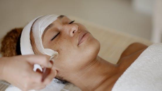 Therapeut Anwendung einer Gesichtsmaske