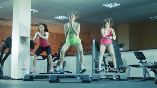 Aerobic Klasse tun Sprünge auf Schritte zusammen