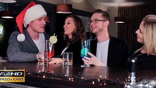 Thumbnail for Junge Leute feiern Weihnachten in einer Bar