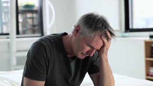 Mann erlebt Depressionen