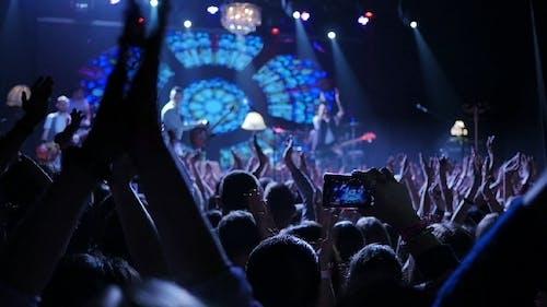 Klatschende Konzertmenge