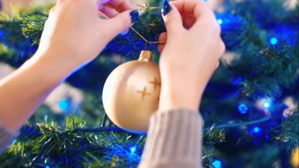 Thumbnail for Dekoration des Weihnachtsbaumes mit Kugeln