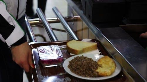 Ein Tablett mit Essen an der Kasse in einem Fast Food