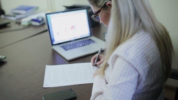 Thumbnail for Geschäftsfrau Unterzeichnung eines Vertrags