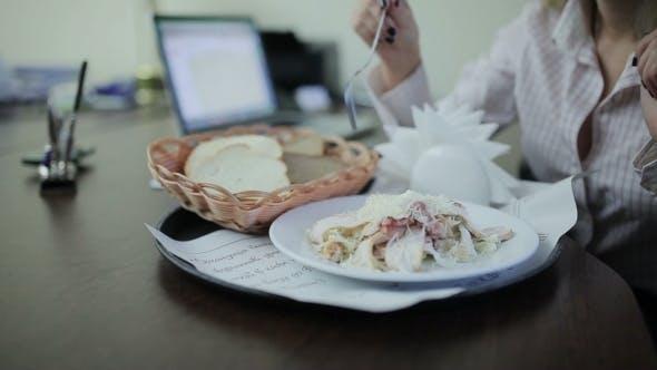 Geschäftsfrau mit Mittagessen bei der Büro