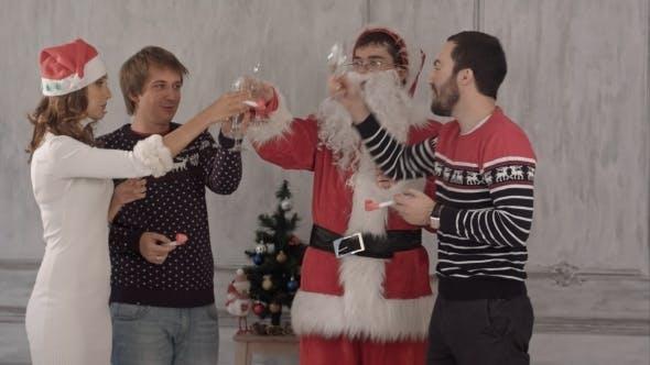 Thumbnail for Freunde feiern Silvester und Weihnachten.