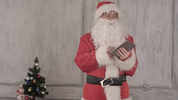 Thumbnail for Weihnachtsmann mit Tablet Computer