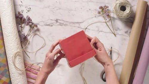 Hands of Woman Geschenkbox mit Jute-Seil, Rot