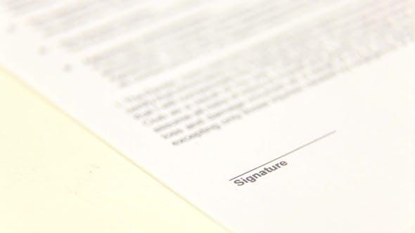 Thumbnail for Geschäftsmann unterschreiben ein Dokument