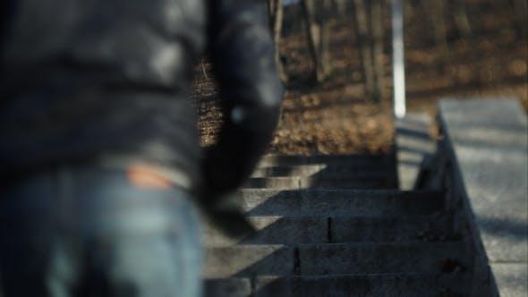 Thumbnail for Ein Mann läuft die Treppe auf die Straße