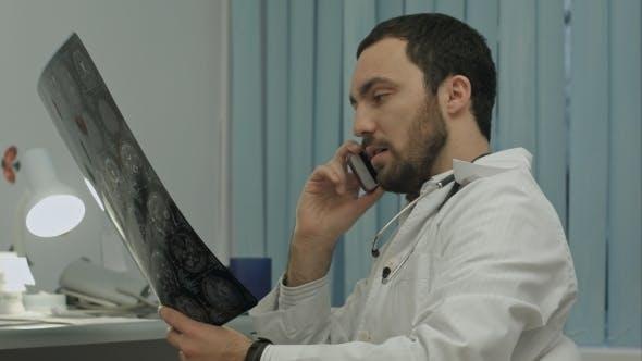 Thumbnail for Männlich Arzt sprechen auf Handy bei Modern