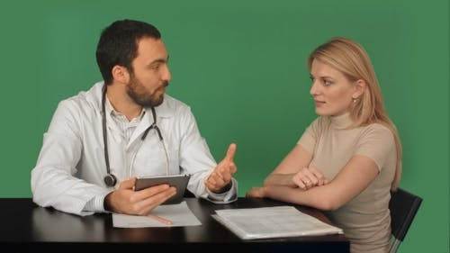 Unerkennbar Arzt werfen einen Hinweis auf ein Pipi