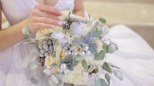 Thumbnail for Braut hält ein Blumenstrauß