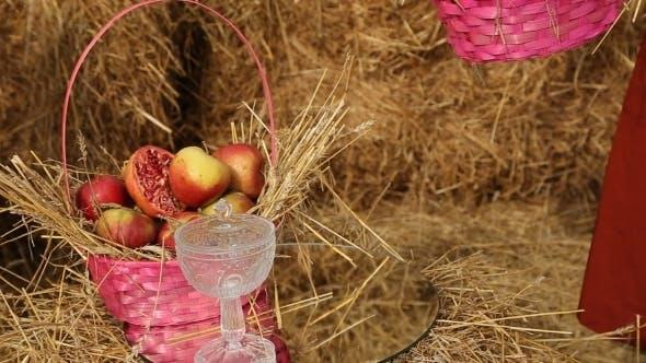 Thumbnail for Hochzeits-Dekorationen, Mädchen legt einen Korb von Äpfeln