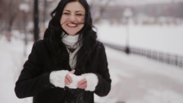 Thumbnail for Glückliche Mädchen spielen Schneebälle