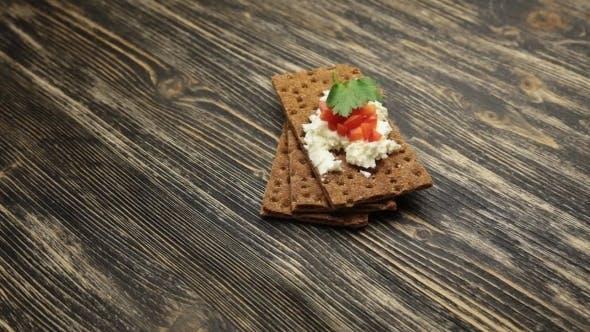 Thumbnail for Knäckebrot mit weichem Hüttenkäse und rotem Pfeffer