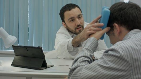 Thumbnail for Männliche bärtige Arzt In der Klinik Konsultieren Sie Kranken Klienten mit Kopfverletzung.