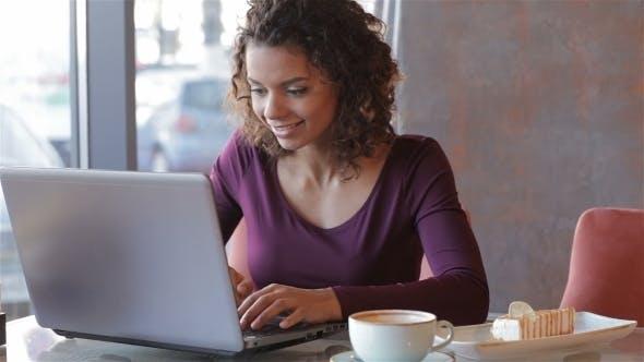 Thumbnail for Café de la mañana en Internet Cafe