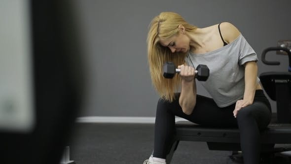 Cover Image for A Woman Athlete Doing Exercise On The Biceps