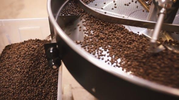 Thumbnail for Gießen Sie Kaffeebohnen nach dem Rösten