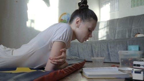 Mutter Kind Lesen ein Buch Ein Kind spielt im Spiel