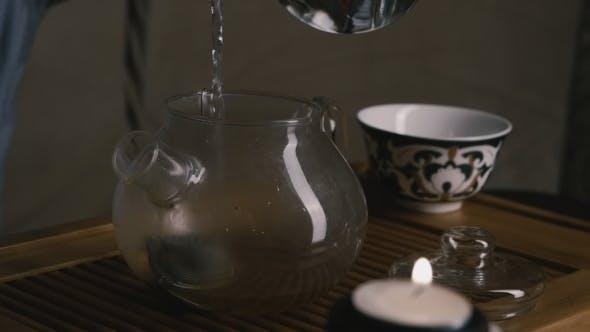 Thumbnail for Chinesische Teezeremonie gießen kochendes Wasser in die Teekanne