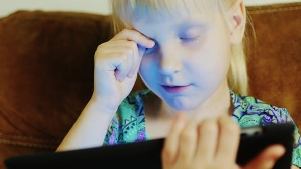 Cover Image for A Child Plays on the Tablet
