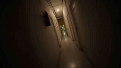 Flucht vor der Dunkelheit durch einen gruseligen Korridor
