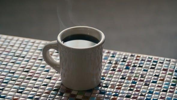 Heißer Kaffeetasse mit langsamem Dampf