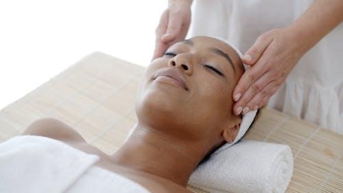 Massage Von Gesicht Für Frau In Spa Salon