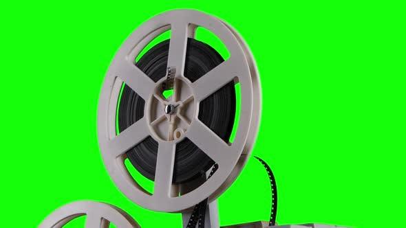 Film wird auf einen Kassettenprojektor gewickelt. Studio Green Screen