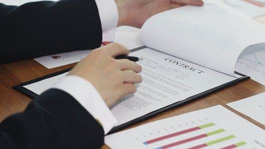 Thumbnail for Unterzeichnen eines Geschäftsvertrags