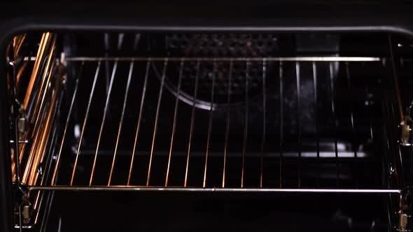 Mädchen bringt Torte in den Ofen. Home Backen