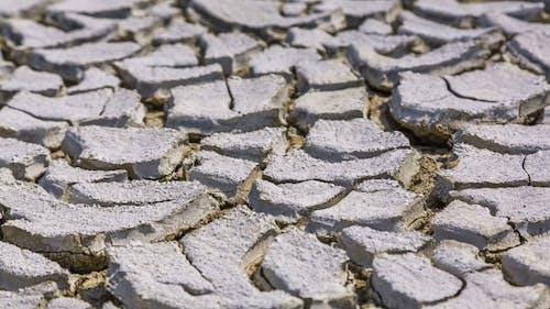 Dürre und rissiger Vulkanschlamm