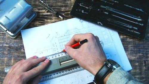 Dessin d'une ligne de crayon sur la règle sur la feuille de dessin