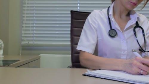 Arzt schreiben ein Rezept am Schreibtisch