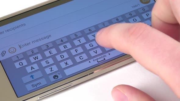 Thumbnail for Handdruckt eine Nachricht auf Handy, Nahaufnahme, weiß
