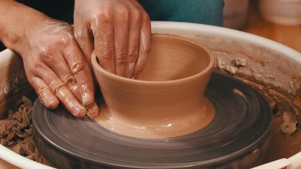 Thumbnail for Mannes Hände Bildhauerei ein Topf aus der Lehm