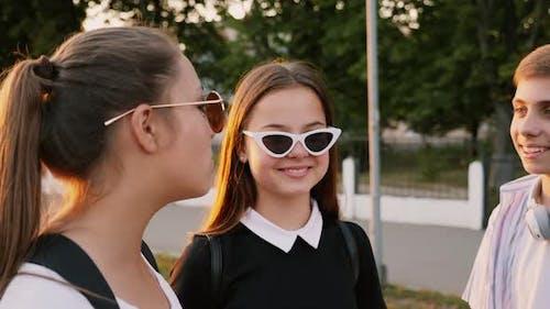 Jugendliche Schüler lächeln und diskutieren gemeinsam etwas