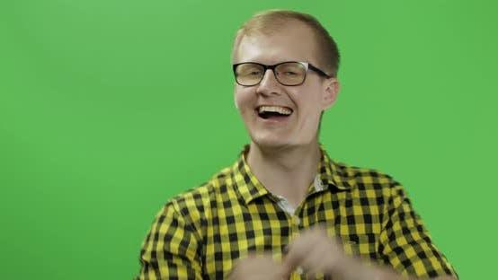 Thumbnail for Caucasian Modische Mann in Brille sehr emotional feiert etwas