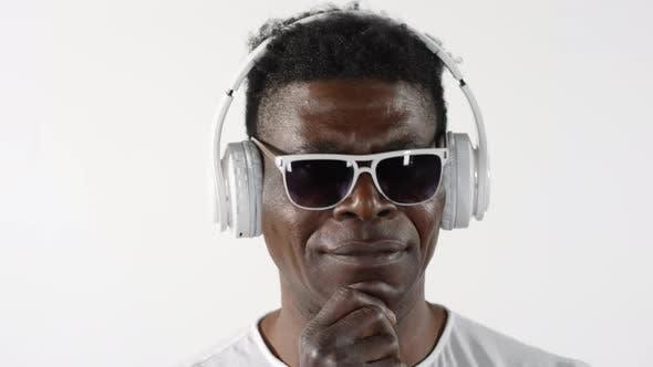 Thumbnail for Mittlere African Man Musik hören mit Kopfhörern