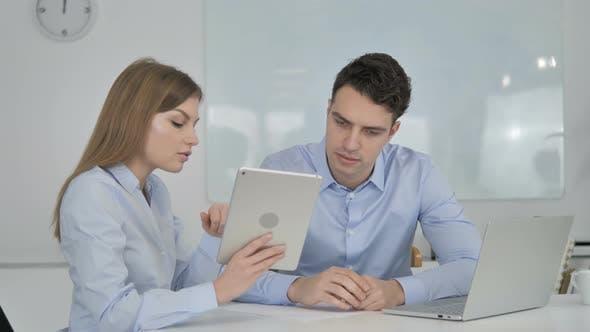 Thumbnail for Weibliche Geschäftskollege diskutieren Arbeit auf Tablet
