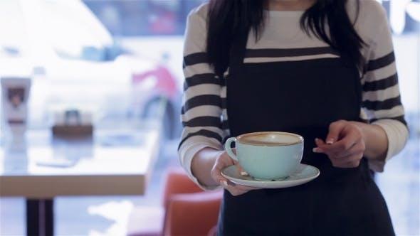 Une femme serveur apporter du café