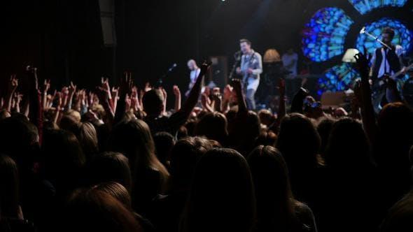 Menschen springen bei Rockkonzert