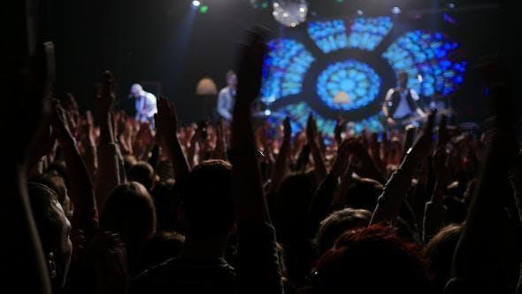 Menschen klatschen im Rockkonzert