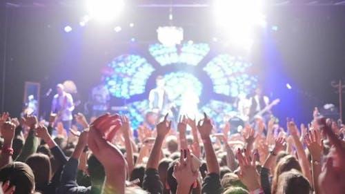 Leute klatschen bei Konzert