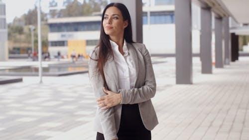 Grinning optimistische Business Frau